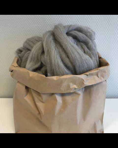Zak met 4,5 - 5 kilo Lontwol Lichtgrijs (woondeken/plaid)